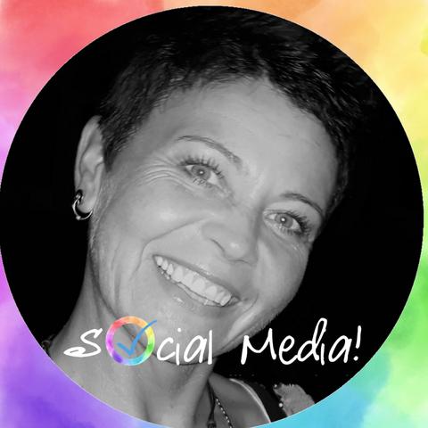 Profilbild lachende Frau mit Schriftzug Social Media auf Regenbogenfarbigem Hintergrund