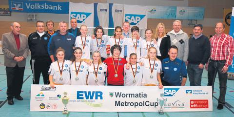Der vorjährige Vierte, die U17-Mädels des Karlsruher SC, gewann das Wormatia-Metropol-Cup-Turnier mit 4:2 nach Neunmeterschießen gegen den SV Kickers Büchig. Fotos: Klaus Diehl