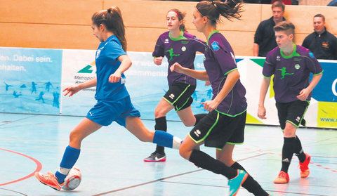 Lea Thomsen (links), Natalie Erbes (rechts) und ihre Mitspielerinnen vom SV Leiselheim vergaben bei der 3:4-Niederlage gegen FC Astoria Walldorf einen möglichen Sieg