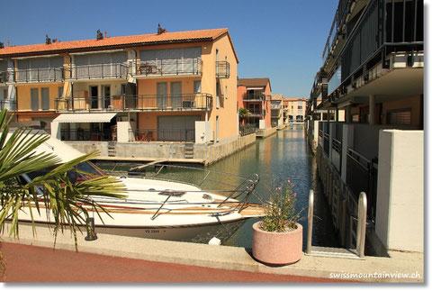 vorbei an dieser Ferienanlage. Sieht toll aus. Da kann man mit dem Boot grad vor der Wohnung parken :-)