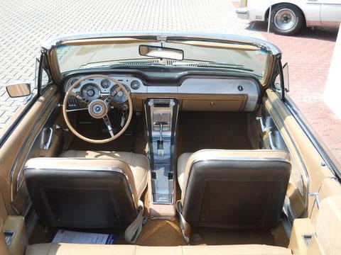 """`67er Mustang V8 Cabrio. Schön zu sehen, die """"deluxe"""" Alu-Mittelkonsonle."""