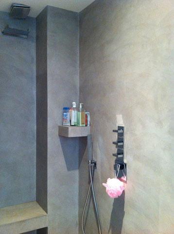 aménagement douche avec étagère et banc en béton ciré