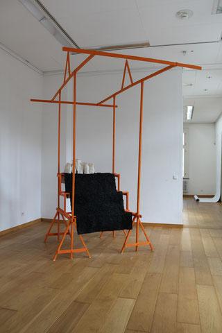 2017_Verkaufsvorrichtung Nr.3_ Holz_Pigment_Wachs_Nessel_Kaltasphalt-325  x 200  x 250