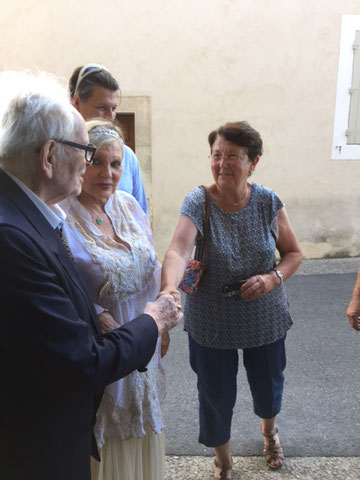 "Pierre Cardin saluant Betty Pantalacci, vice-présidente de ""Ménerbes Patrimoine"""