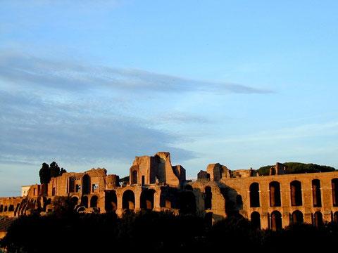 Rom, Ruinen der Kaiserpaläste auf dem Palatin, vom Circus Maximus aus gesehen