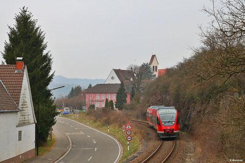 643 032 als RB 12873 Kusel - Kaiserslautern bei der Ortsdurchfahrt Kirchmohr