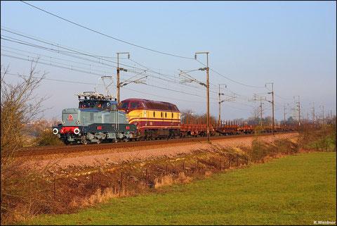 Und wieder ein paar Meter weiter, Zug bestand aus leeren Flachwagen.