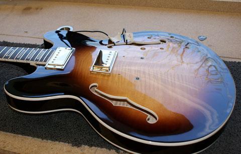 Auch die Tonabnehmer werden bereits in der Gitarre benötigt.