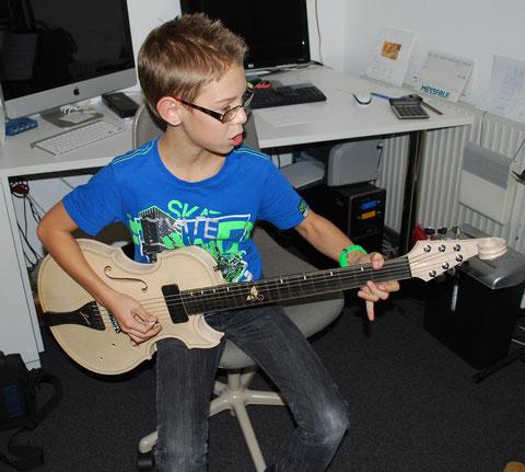 Auf Funktion geprüft und den Wunsch auf eine eigene Violingitarre geäussert!!!