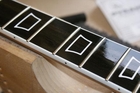 Jetzt bekommt die Gitarre noch einen neuen Satz Saiten und eine Ölung.
