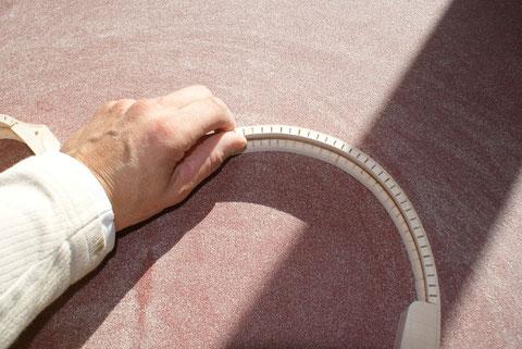 Nach dem die Reifchen angeleimt sind, wird der Zargenkranz abgerichtet.