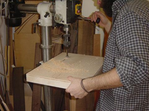 Beim Body werden zuerst die Bohrungen für die Oberfräse gemacht, um nicht zu viel Material mit der Fräse entfernen zu müssen.