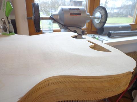 Um am Halsübergang nicht ganz so dick zu werden, nehme ich etwas Material ab und forme das Holz am Übergang aus.