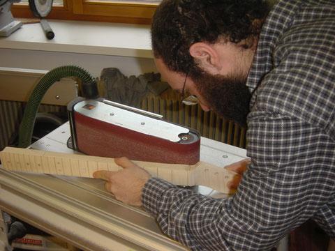 Danach wird an der Bandschleifmaschine ein grobes Profil erstellt.