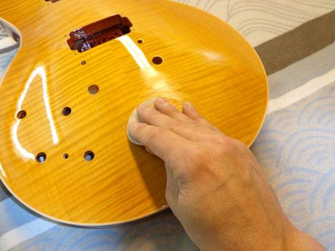 Es wird die gesamte Gitarre zuerst einmal wieder geschliffen.