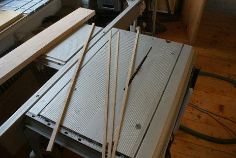 Aus Canadischem Ahorn werden die Bindings für das Griffbrett geschnitten.