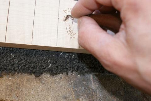 Die Arbeit ist sehr fein da die kleinsten Teile nur 1-2 mm groß sind.