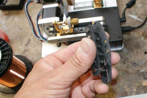 Der Wickeldraht .042AWG, wird zuerst an den Ösen fixiert.