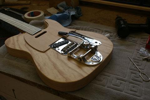Vor dem Lackiergang wo der Body seine Farbe erhält, wird das Instrument vormontiert und alle Bohrungen gemacht.