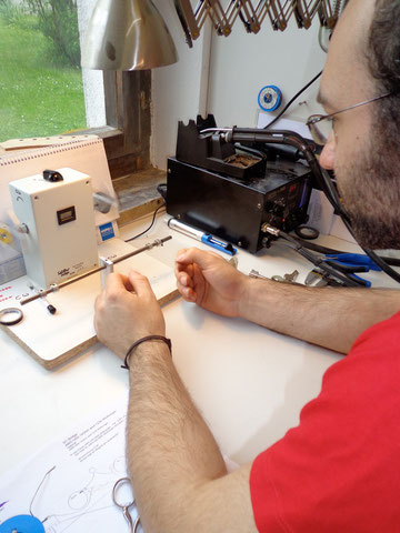 Nach einer Einführung und etwas üben, wird der Stegtonabnehmer von Florian selbst gewickelt.