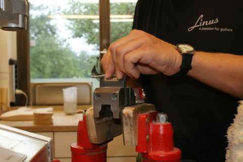 Um den Grat vom ausklinken zu entfernen, wird mit der Feile jeder Bund nachgearbeitet.