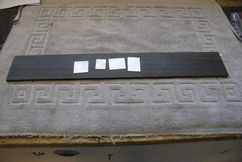 Das Griffbrett ist aus Ebenholz. Es wird ein Inlay aus Perlmuth erhalten.