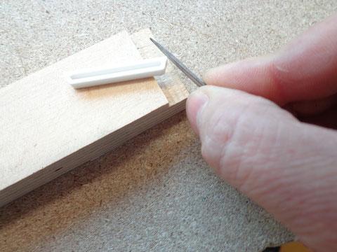 Bevor die Inlays eingesetzt werden können, müssen alle von Hand nachgearbeitet werden.