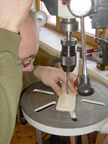 Mit einem 7 mm Bohrer werden die Bohrungen für die Dots gemacht ...