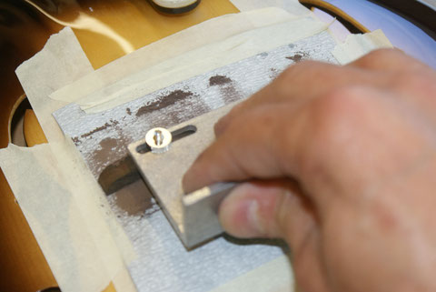Der Steg wird durch schleifen optimal an die Deckenwölbung angepasst.
