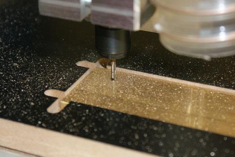 Nach dem drehen und spannen des Materiales, können die Fräsungen ...