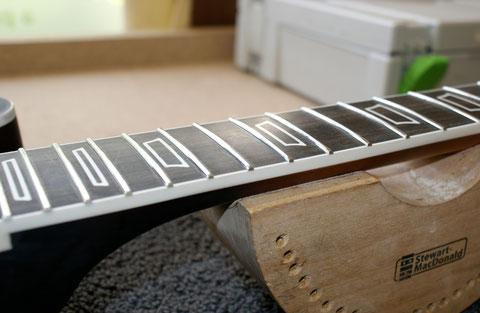 ... und nach dem polieren sieht das dann so aus. Nach dem Polieren der Gitarre wird das Griffbrett noch einmal gesäubert und geölt.