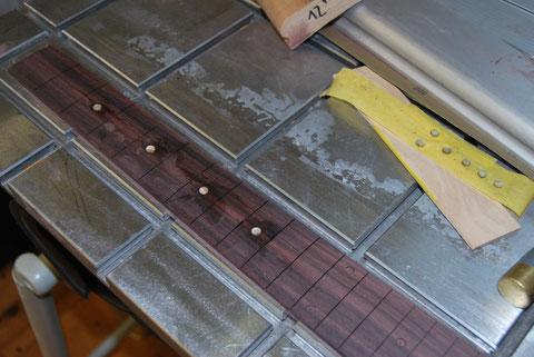 Das Griffbrett habe ich aus Palisander passgenau für den Neck angefertgt. Jetzt werden die Dots eingearbeitet, ...