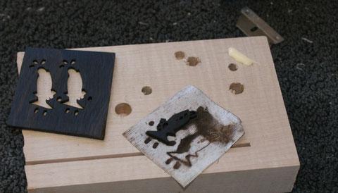 Die Teile werden mit Leim in die Vertiefungen geklebt.