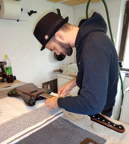 Den Tonabnehmerbau habe ich auf Wunsch von Dominik übernommen und so geht es für ihn mit den Arbeiten an der Gitarre weiter.