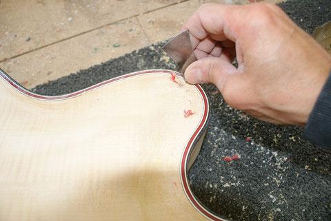 Der Lack wird vorsichtig vom Instrument abgetragen.