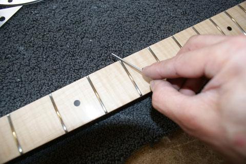 Um die Scharfen Kanten zu beseitigen wird noch mit einer Feile nachgearbeitet.