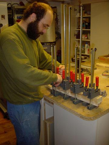 Das Aufleimen des Griffbrettes schließt die Arbeiten des 1. Tages ab.