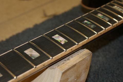 Nach dem die Bundkronen sauber poliert wurden, kann es ans Zusammenbauen gehen.