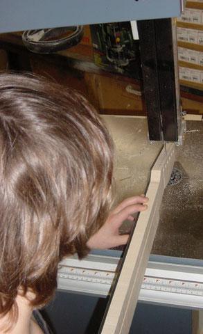 Um die Kopfplatte auf Maß zu bringen, schneidet Mike erst einmal das Gröbste weg.