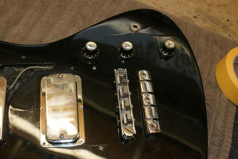 Die Ausgangssituation war ein Bass aus den 60er Jahren, der irgendwann mit Polyesterlack neu lackiert wurde.