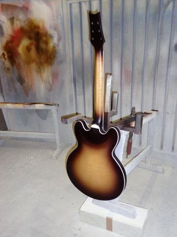 Nun kommt der Klarlack auf das frisch patiniere Instrument.