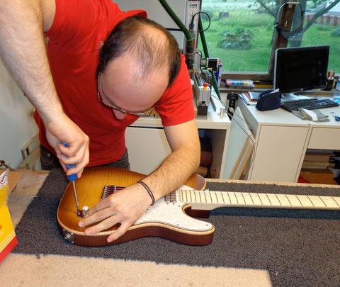 Letzte Arbeitsschritte vor der Fertigstellung des Instrumentes.