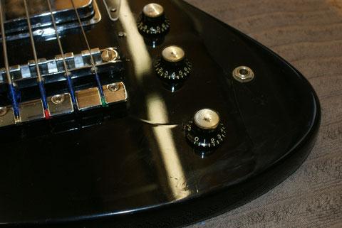 Da nicht klar war in welcher Farbe der Bass original lackiert war, sollte er wieder schwarz aber in Nitrolack lackiert werden.