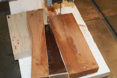 Die Urisse der neuen Kopfplatte werden mit der Bandsäge grob ausgeschnitten und danach mit einer Schablone und der Oberfräse genau nachgefräst.