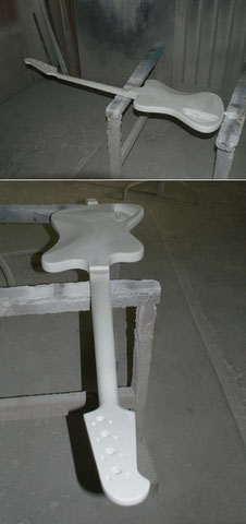 Nach der Entlackung und den Reparaturen am Holz, wurde das Instrument grundiert.