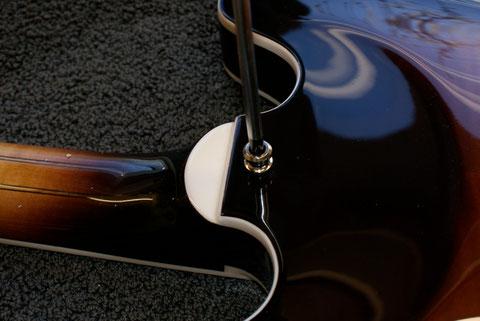 Um die Gitarre auch im stehen spielen zu können, ...
