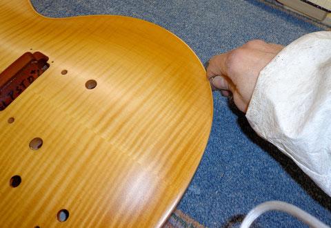 Das Binding muss jetzt freigeschabt werden, um das Burst und den Gelbton zu entfernen.