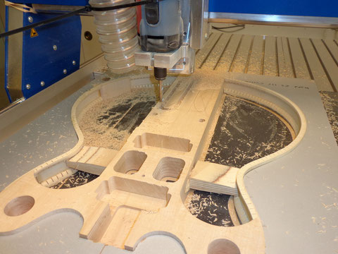 Um das Gewicht zu reduzieren, wird an einigen Stellen Holz abgetragen.
