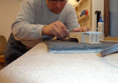 Das Griffbrett ist verleimt und die Überreste vom Leim müssen sorgfältig entfernt werden.