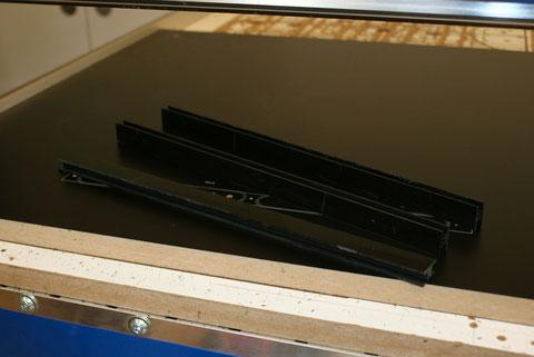 Die Kunststoffplatte wurde in Streifen geschnitten und Längsseitig bereits mit der Kehlmaschine bearbeitet.